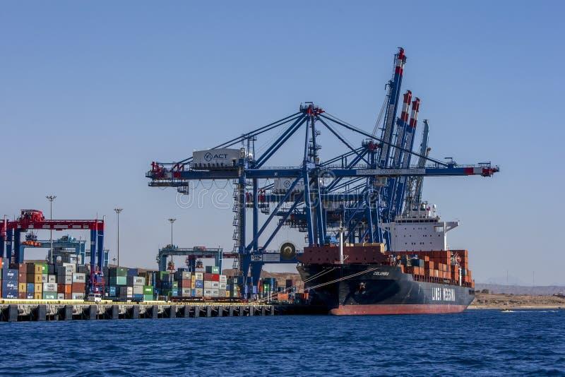 集装箱船在亚喀巴湾的亚喀巴集装箱码头卸载它货物在约旦 免版税图库摄影