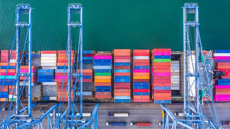 集装箱船装货和卸载在深海港,后勤进出口运输事务空中顶视图  库存图片