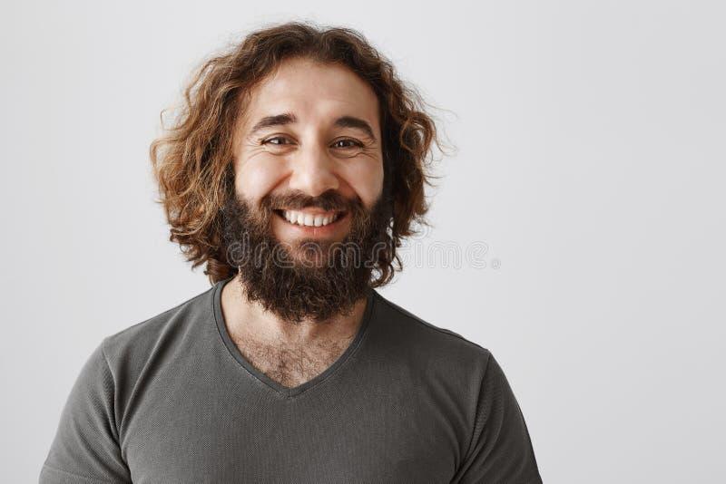 雇主为他忠诚的雇员感到骄傲 高兴的可爱的商人画象与卷发和胡子微笑的 免版税库存照片