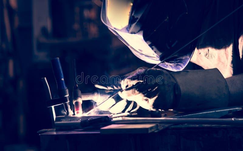 雇员使用TIG的焊接铝 免版税库存照片