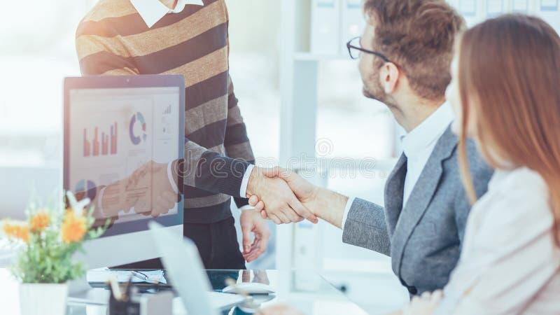 雇员友好的握手在首先工作场所 图库摄影