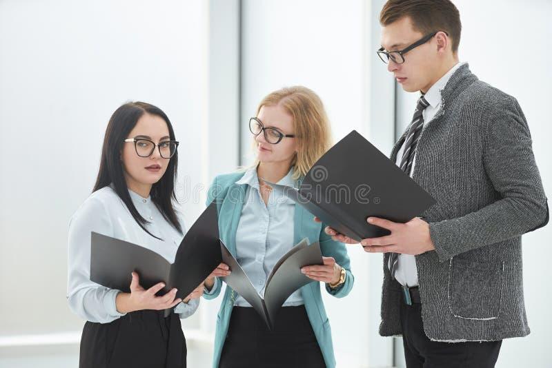 雇员小组有商业文件身分的在办公室 库存照片