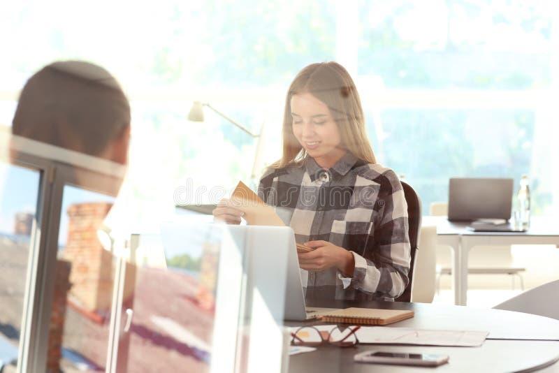 雇员开业务会议在办公室,看法通过玻璃 免版税库存照片