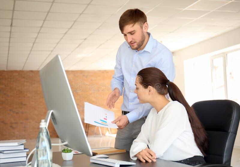 雇员开业务会议在办公室 免版税图库摄影
