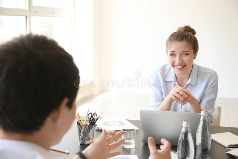 雇员开业务会议在办公室 免版税库存图片