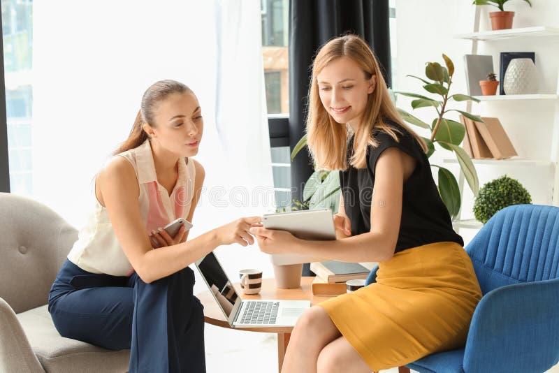 雇员开业务会议在办公室 免版税库存照片