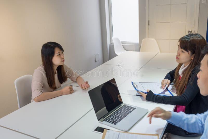 雇员解释到关于问题的上司 免版税库存照片