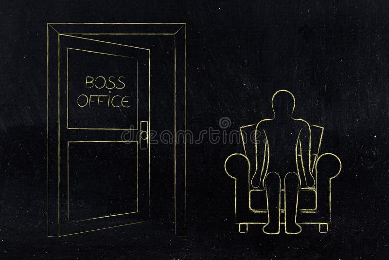 雇员评估,坐在上司办公室门旁边的人 皇族释放例证