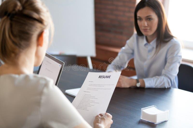 雇用千福年的女性求职者的HR饲槽 库存照片