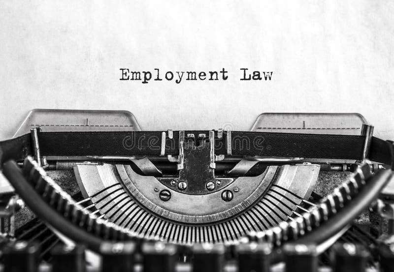 雇用法律词键入了在葡萄酒打字机的词 关闭 免版税库存照片
