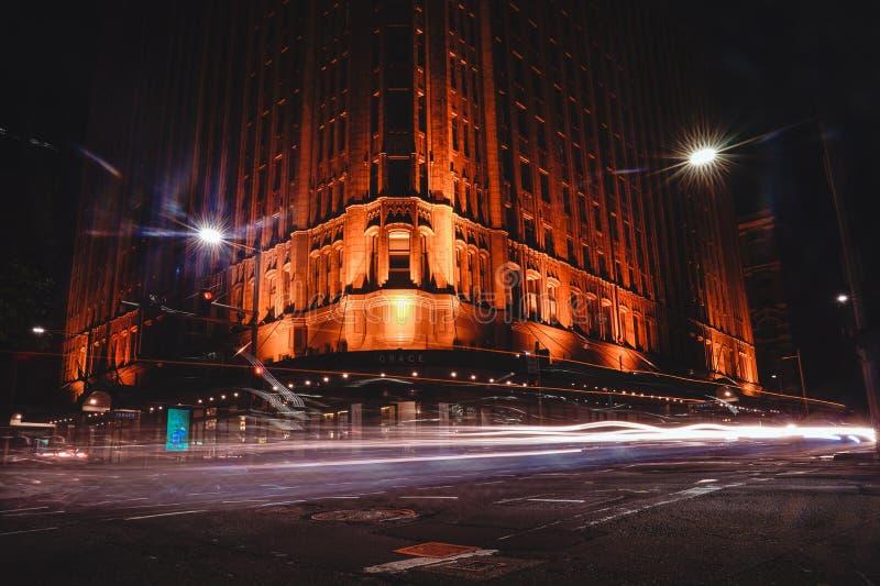 雍容旅馆的蚂蚁景色在与长的汽车光exposur的晚上 免版税库存图片