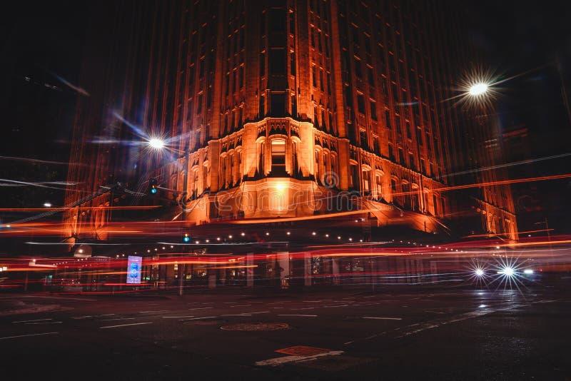 雍容旅馆的蚂蚁景色在与长的汽车光exposur的晚上 免版税库存照片
