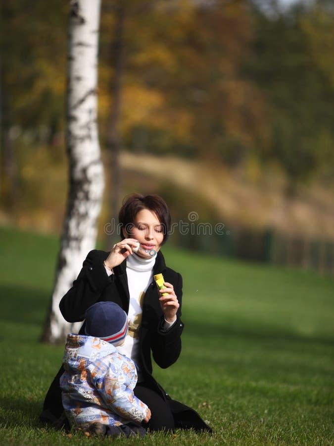 Download 雍容演奏儿子的一点mam 库存图片. 图片 包括有 bataan, 女孩, 孩子, 概念, 绿色, 照亮 - 22356131