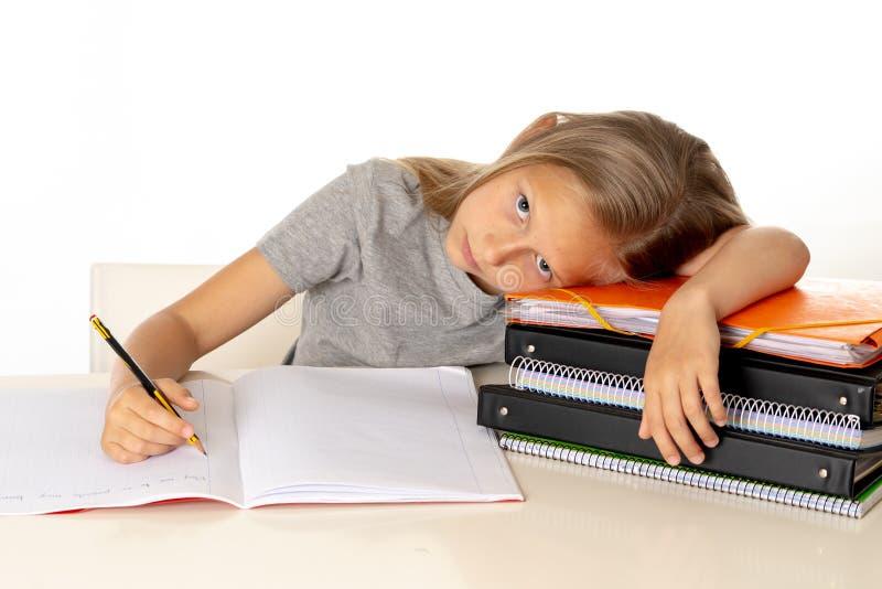 雍逗人喜爱的女孩疲倦了,并且哀伤与学会在教育概念的问题 库存图片