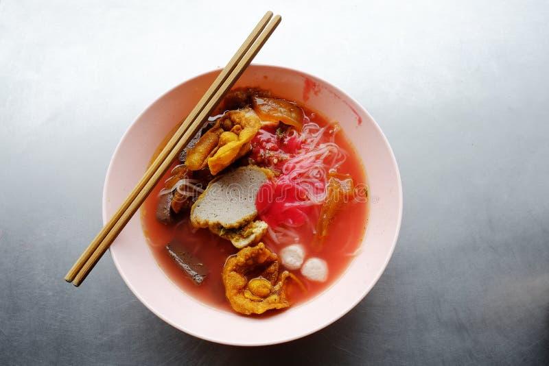 雍tau foo -在红色汤的亚洲面条 库存图片