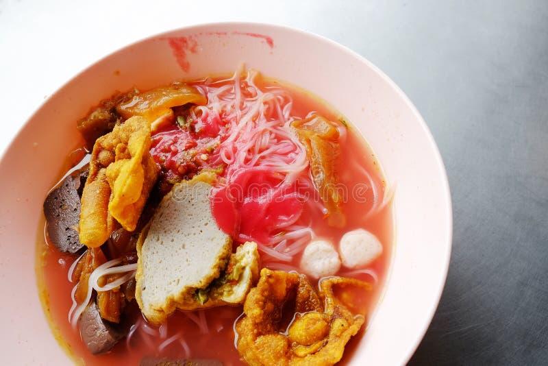 雍tau foo -在红色汤的亚洲面条 库存照片