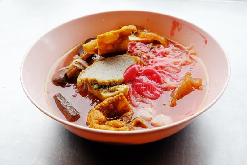 雍tau foo -在红色汤的亚洲面条 图库摄影