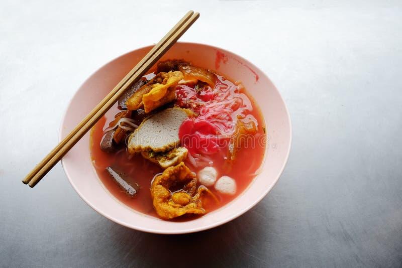 雍tau foo -在红色汤的亚洲面条 免版税库存照片