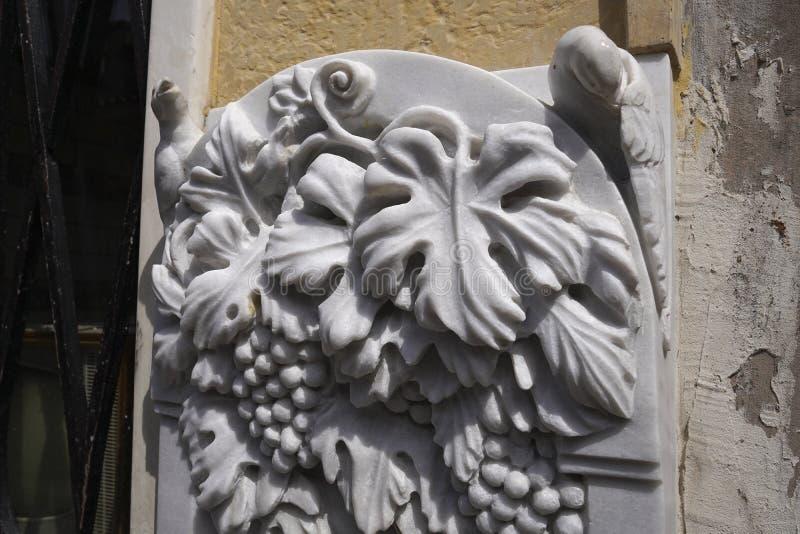 雕刻一个大理石喷泉的细节 免版税库存照片