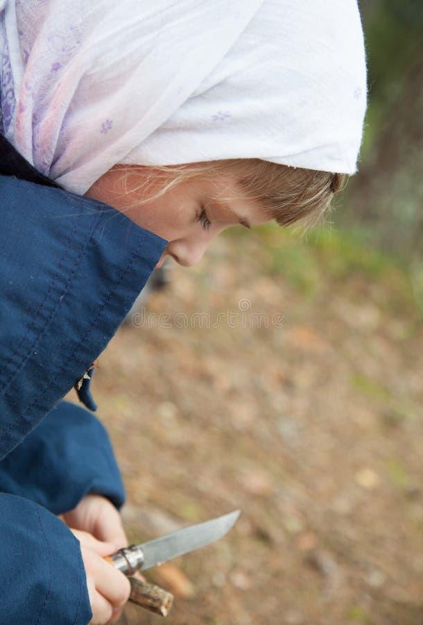 雕刻一个木玩具的女孩 库存图片