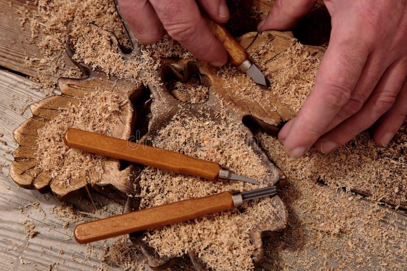雕刻与凿子的人木头 库存照片