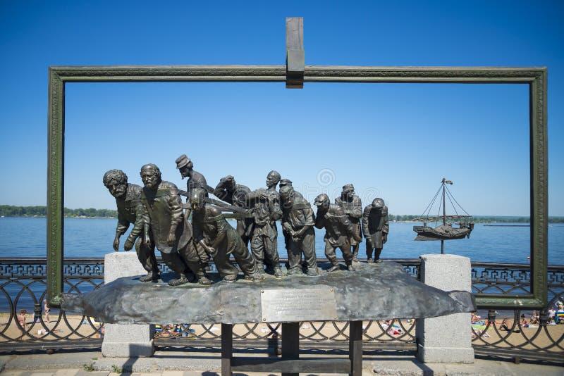 雕刻在伏尔加河堤防的burlaki在翼果俄罗斯 在一个晴朗的夏日 免版税库存照片