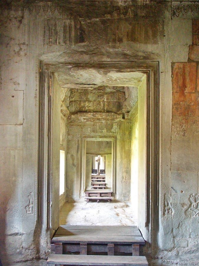 雕刻在吴哥窟寺庙的石头特写镜头纹理缝的在2012年柬埔寨,12月9日收割城市, 库存图片