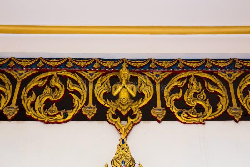雕刻在泰国寺庙山墙的艺术在Wat轰隆Pla -龙仔厝府的,泰国 库存照片