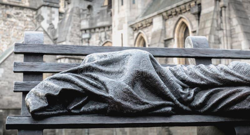 雕刻家在牛津大学基督堂学院都伯林前面的蒂莫西Schmalz铜雕塑  库存照片