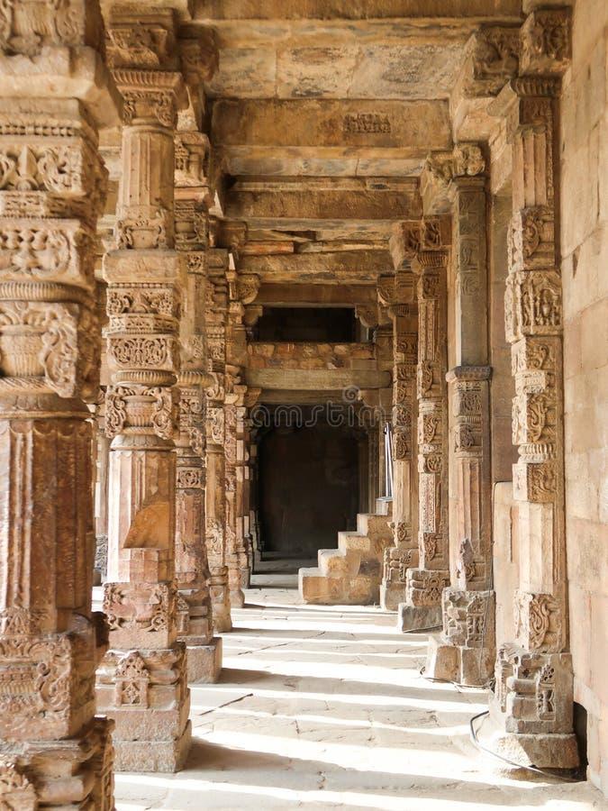 雕刻柱子在Qutub Minar在新德里,印度 库存图片