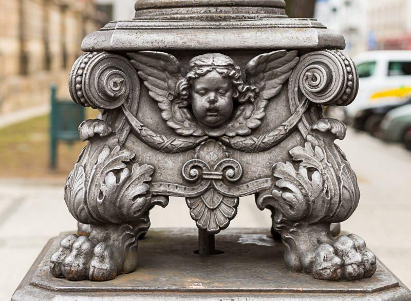 雕刻灯笼丘比特装饰元素金属饰件特写镜头 布拉格捷克2017年 免版税图库摄影