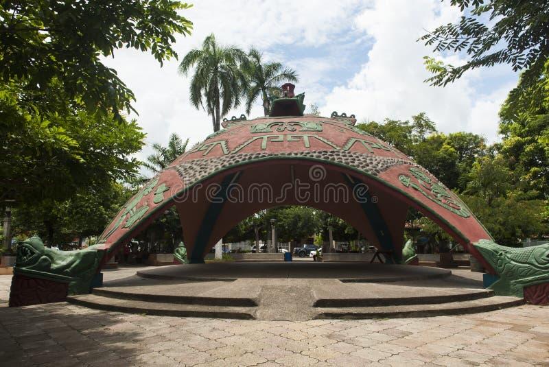 雕刻的公共空间在Bernabela拉莫斯公园在圣克鲁斯 库存图片
