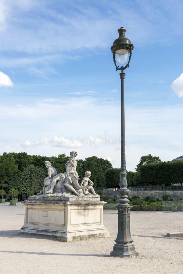 雕刻的构成和路灯柱在Tuileries在巴黎从事园艺 库存照片