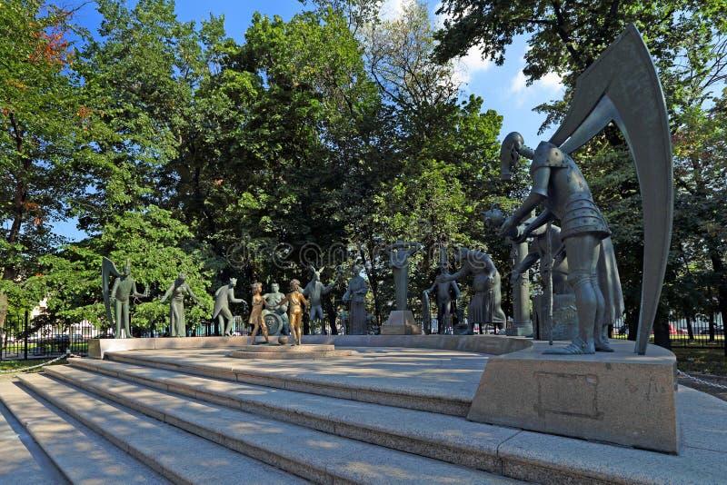 雕刻的构成孩子是成人恶习的受害者在莫斯科公园 免版税图库摄影