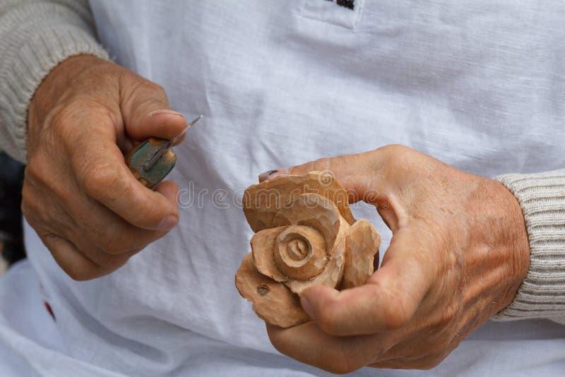 雕刻花的传统木卡佛工作上升了 库存照片