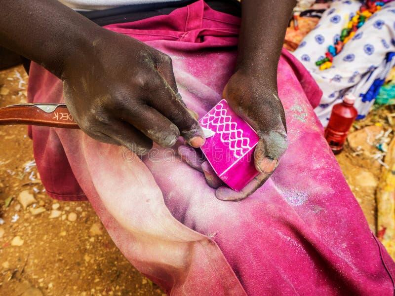 雕刻设计的肯尼亚工匠入鸡血石 免版税库存照片