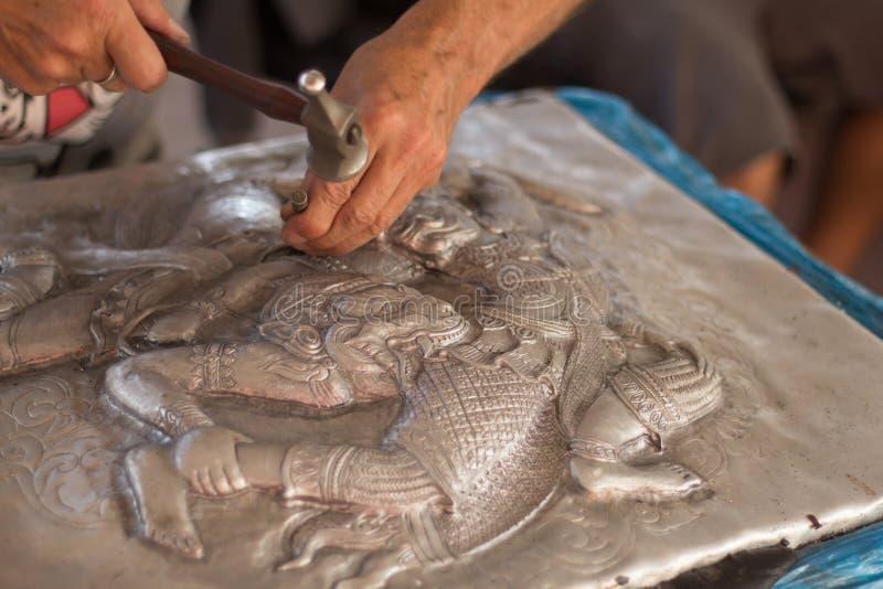 雕刻银的手特写镜头  银色雕刻,Chia的过程 免版税库存照片