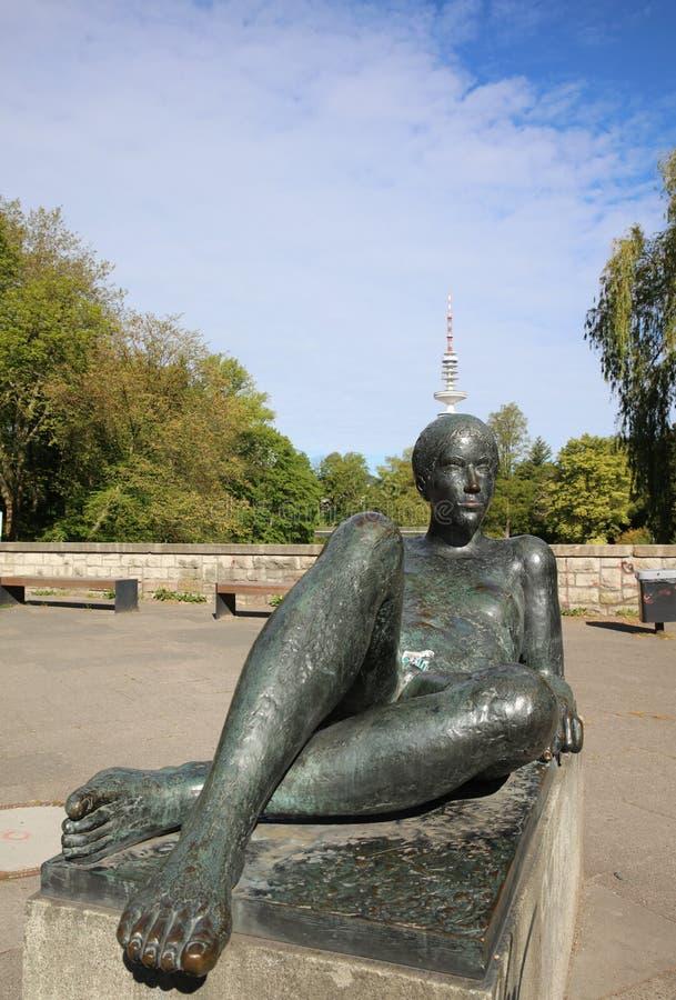"""雕塑""""在汉堡死Liegende""""-斜倚的图- ?? 免版税图库摄影"""
