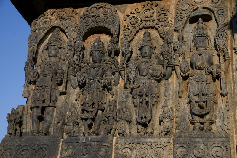 雕塑和带状装饰在Hoysaleswara寺庙外壁上在Halebidu,卡纳塔克邦,印度 免版税图库摄影