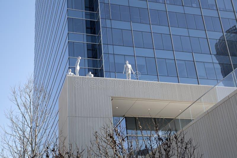 雕塑和摩天大楼在街市达拉斯 免版税库存照片