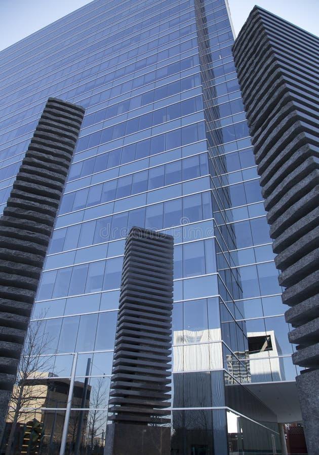 雕塑和摩天大楼在达拉斯 免版税库存图片