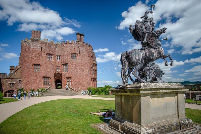 雕塑和红砖塔,Powis城堡,威尔士 免版税库存照片