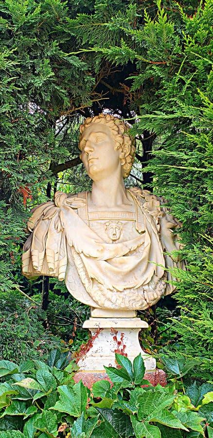 雕塑在圣Clatilde庭院里 免版税库存照片