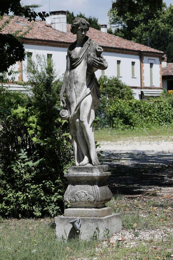 雕塑在意大利庭院里 库存图片