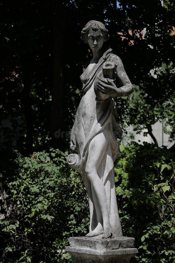 雕塑在意大利庭院里 免版税图库摄影
