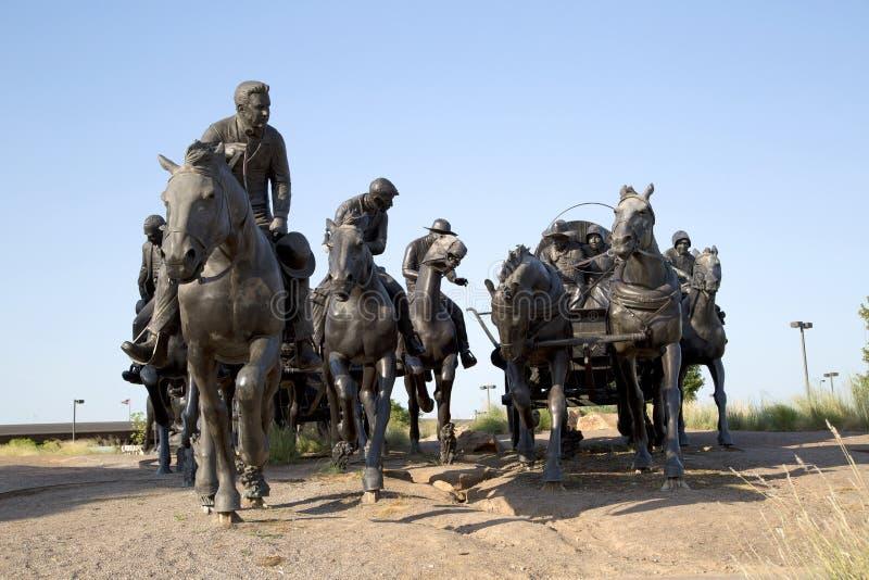 雕塑在百年土地跑纪念碑日落,城市俄克拉何马美国 库存照片