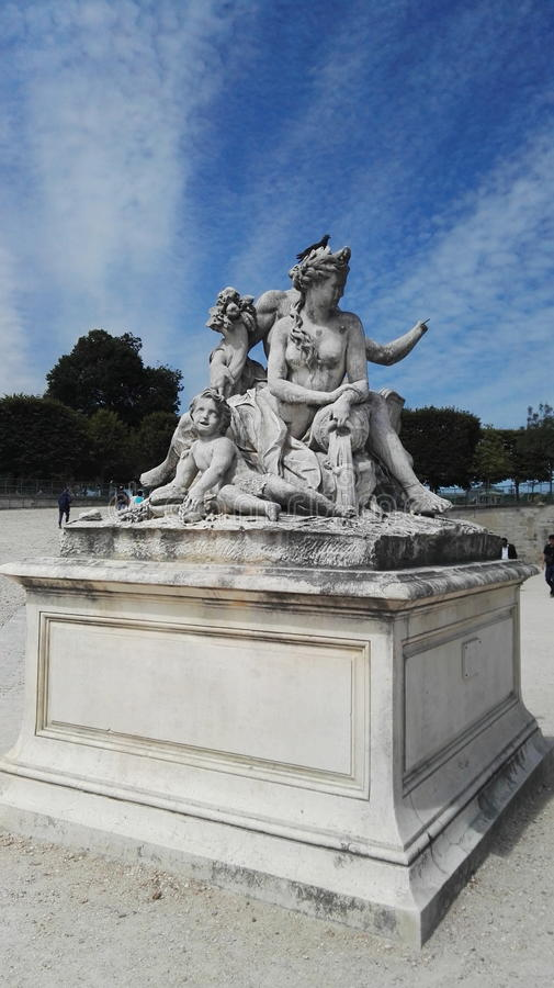 雕塑天空覆盖巴黎 免版税库存照片
