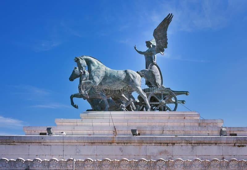 雕塑女神在四马二轮战车,祖国阿尔塔雷della帕特里亚的法坛屋顶的维多利亚骑马  Il Vittoriano ?? E 库存图片