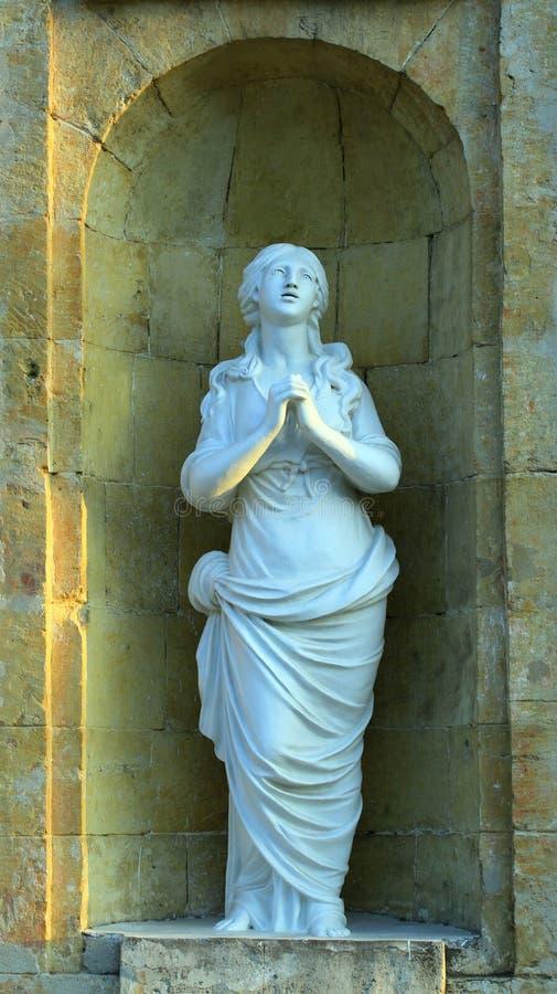 雕塑少女祈祷 免版税库存照片