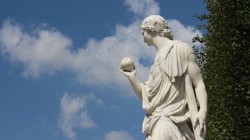 雕塑年轻人用果子 免版税库存照片